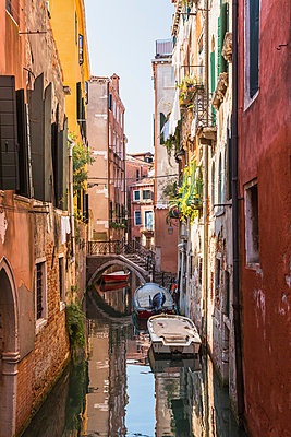 Narrow canal with moored boats, old architectural style stucco and brick residential buildings, San Marco, Venice, Veneto, Italy - p924m2068434 by Perry Mastrovito
