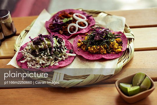 Pink healthy Mexican burritos on Mexico City summer street - p1166m2250660 by Cavan Images