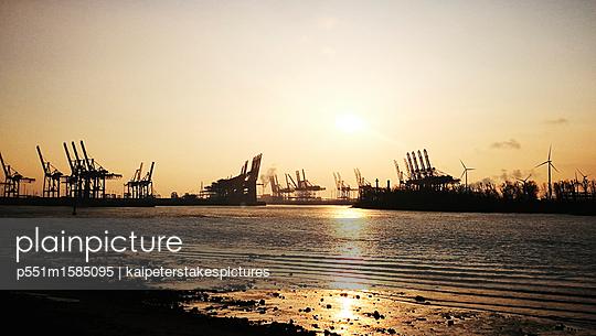 Hafen Hamburg bei Sonnenaufgang - p551m1585095 von Kai Peters