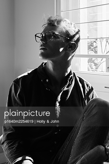 Pensive man with glasses, portrait - p1640m2254619 by Holly & John