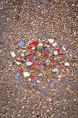 Coloured debris from dishes on the ground - p1682m2278849 by Régine Heintz