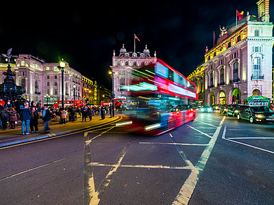 UK, London, Piccadilly Circus, driving double-decker bus at night - p300m1196924 by Martin Moxter