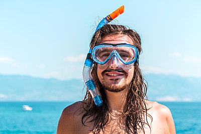 Croatia, Krk, man in srkeling mask - p300m2199625 by Valentin Weinhäupl