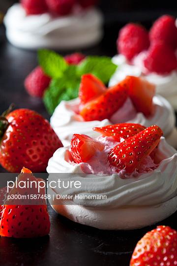 Meringue pastry garnished with whipped cream and strawberries - p300m1587458 von Dieter Heinemann