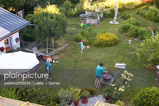 Gleich wird gegrillt - p454m2293074 von Lubitz + Dorner