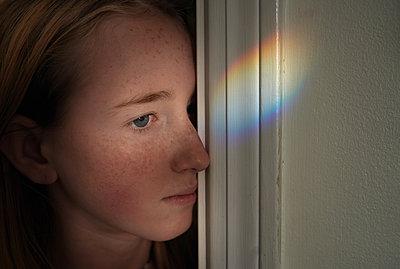 Junges Mädchen mit Lichtreflektion   - p1694m2291673 von Oksana Wagner