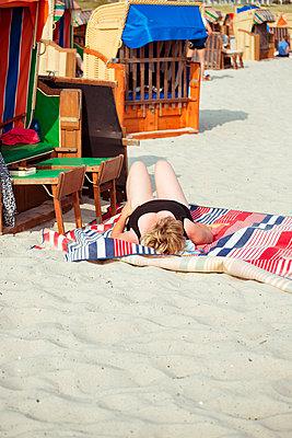 Sonnenbaden an der Ostsee - p432m1461954 von mia takahara