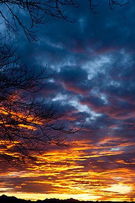 Wolkenstimmung im Sonnenuntergang - p533m1111577 von Böhm Monika