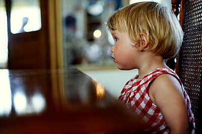 Kleines Mädchen, Porträt - p972m1088614 von Felix Odell