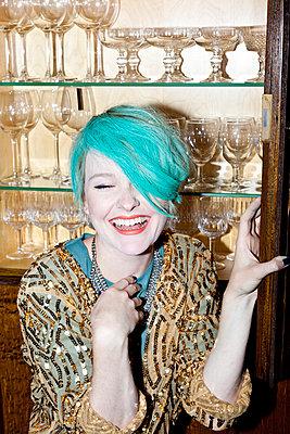 Lachen in der Bar - p978m902784 von Petra Herbert