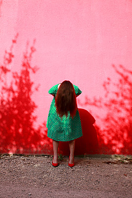 Woman wearing green dotted dress - p1105m2082588 by Virginie Plauchut
