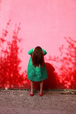 Frau in grün gepunkteten Kleid - p1105m2082588 von Virginie Plauchut
