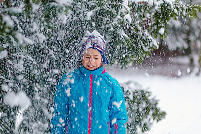 Girl standing in a wintry forest - p300m2277012 by Oxana Guryanova