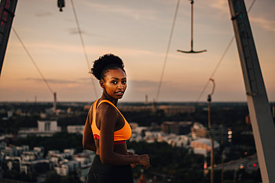 Portrait of female athlete against sky during sunset - p426m2270852 by Maskot