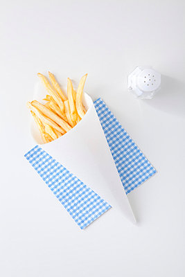 French fries and salt - p4541077 by Lubitz + Dorner