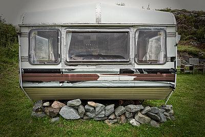Old caravan trailer abandoned damaged derelict - p609m1192643 by OSKARQ