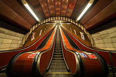 Low angle view of escalators in underground station in Prague city - p623m2271898 by Pablo Camacho