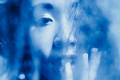 Frau hinter einem blauen Schleier - p1417m2158380 von Jessica Lia