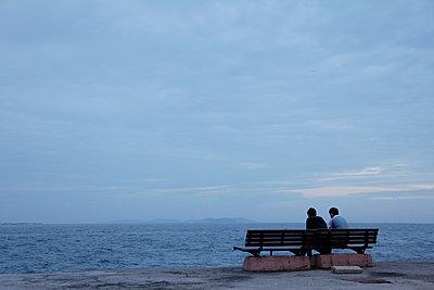 Zwei Jugendliche am Meer - p1599m2207473 von Sandra Bergemann