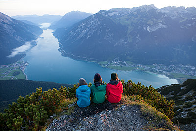 Austria, Tyrol, three hikers enjoying the view on Achensee - p300m2069745 by Anita Fuchs