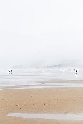Spaziergang an der Küste - p756m2053403 von Bénédicte Lassalle