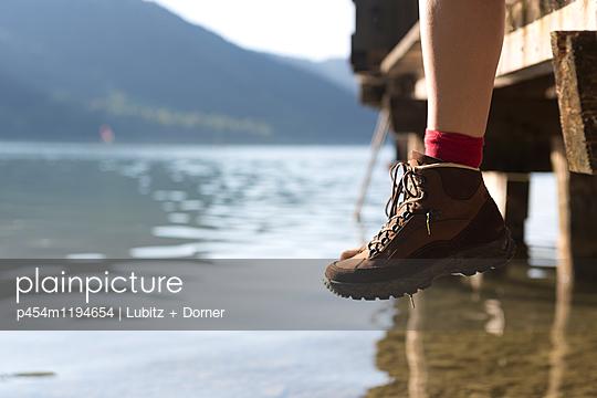 Beine baumeln lassen - p454m1194654 von Lubitz + Dorner