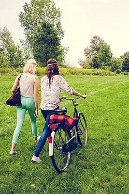 Ausflug mit Freundin - p904m932242 von Stefanie Päffgen