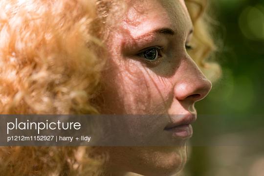 Profil eines Mädchens im Wald - p1212m1152927 von harry + lidy