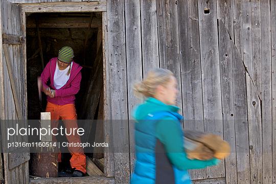 Junge Frauen beim Holzhacken, See, Tirol, Österreich - p1316m1160514 von Christoph Jorda