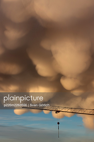 Dramatic mammatus cloud formation over crane - p226m2263556 by Sven Görlich
