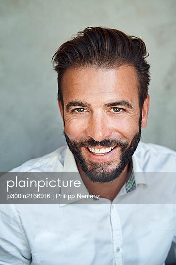 Portrait of happy businessman wearing white shirt - p300m2166916 by Philipp Nemenz