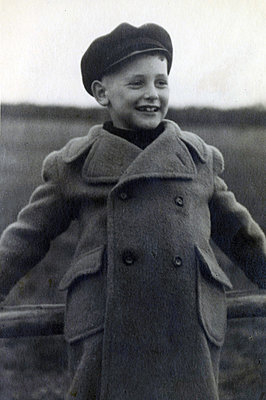 Boy wearing woolen coat outdoors - p1541m2172501 by Ruth Botzenhardt
