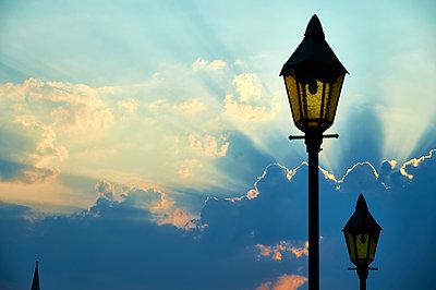 Sonnenstrahlen brechen durch die Wolkendecke - p851m1116254 von Lohfink