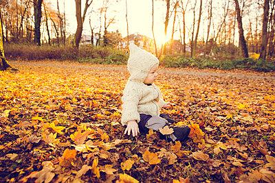 Baby im Herbst - p904m1193461 von Stefanie Päffgen