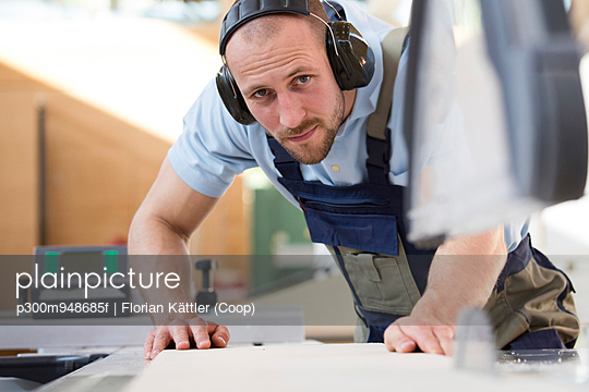 Craftsman working at circular saw - p300m948685f by Florian Kättler (Coop)