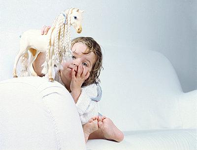 Kind spielt mit Pferd - p2685402 von icon art