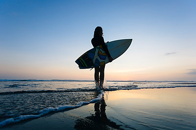 Indonesia, Bali, young woman with surfboard - p300m1535234 by Konstantin Trubavin