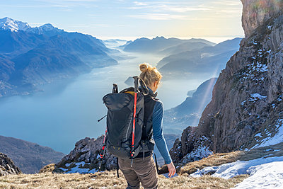 Woman hiking in the mountains at Lake Como, Italy - p300m2166876 by 27exp