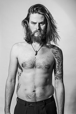 Young bearded man with tattoos - p975m900526 by Hayden Verry