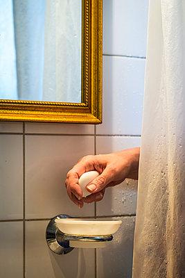 Woman holding soap in bathroom - p1418m1572002 by Jan Håkan Dahlström