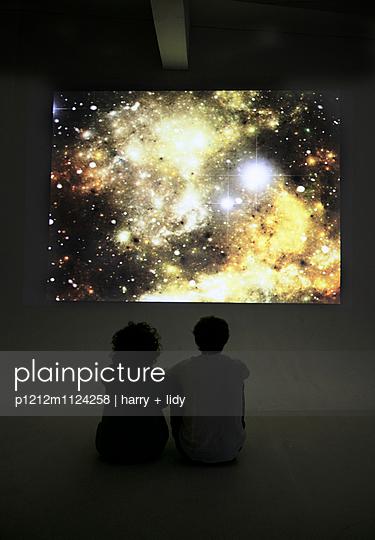 Paar unter der Sternenprojektion - p1212m1124258 von harry + lidy