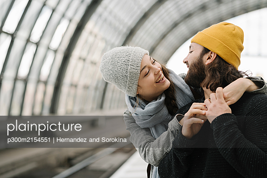 Happy young couple at the station platform, Berlin, Germany - p300m2154551 by Hernandez and Sorokina