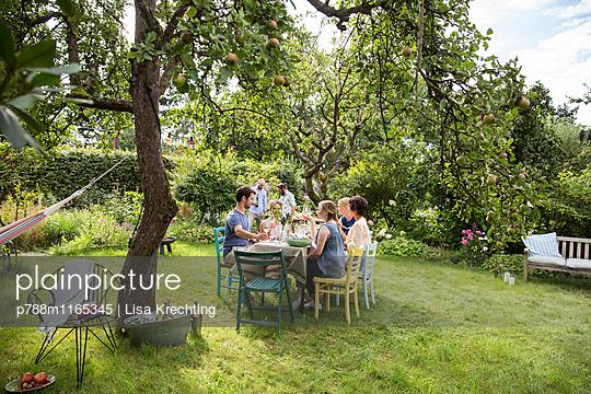 Freunde auf einer Gartenparty - p788m1165345 von Lisa Krechting