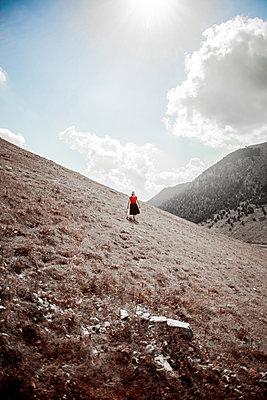 Frau wandert in den Bergen - p075m1474728 von Lukasz Chrobok