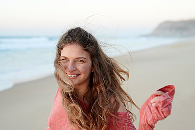 Young woman with waving hair on the beach - p1124m1508633 by Willing-Holtz