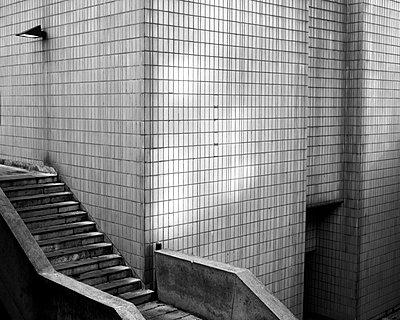Geflieste Wand und Betontreppe - p1409m1465885 von margaret dearing