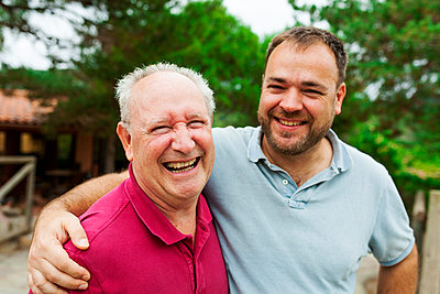 Happy senior man with his adult son - p300m1189654 by Valentina Barreto