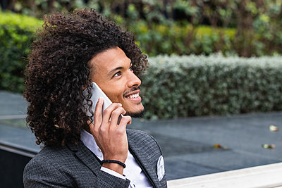 Barcelona, Spain. Mixed race businessman enjoying the city. Business, mix-race, technology, businesswear, connection, computer, bar, coffee, restaurant, entrepreneur, occupation, strategy, handsome, curly hair, hair style, attractive. - p300m2277290 von NOVELLIMAGE