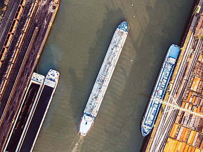Cargo ship in industrial harbor, aerial view - p586m1104923 by Kniel Synnatzschke