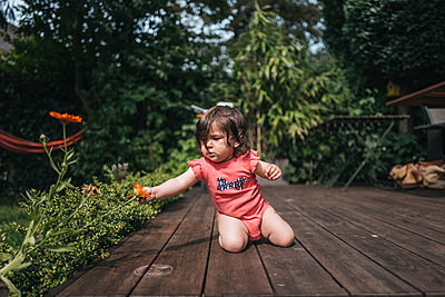 Toddler girl playing on terrace - p586m1178789 by Kniel Synnatzschke